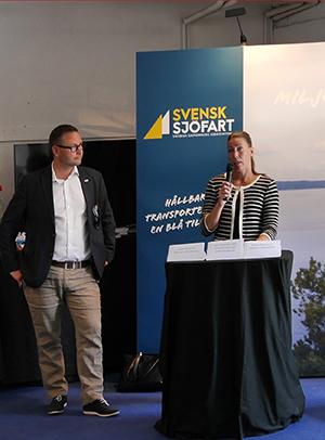 Föreningen driver ett aktivt opinionsarbete för sjöfartens villkor. Här ses Fredrik Larsson tillsammans med Anna Petersson, miljöchef på Transportstyrelsens sjö-och luftfartsavdelning, vid ett möte under Almedalsveckan